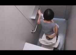 洋式トイレで素人お姉さんの排泄姿や鼻掃除、プリケツを空爆盗撮!の画像