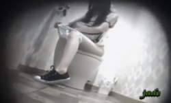 洋式トイレに駆け込んだ黒髪お姉さんがパンツを穿いたままお漏らし~排泄~パンツ脱いで両足拭きまでを覗く!の画像