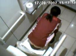 某コンビニにある洋式トイレでコンビニ女子店員の排泄の様子や突き出しお尻を空爆盗撮!の画像