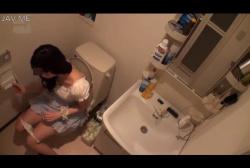 盗撮趣味のあるゲス男が自宅トイレにカメラを仕掛けて遊びに来た女子の排泄生態を隠し撮り!の画像