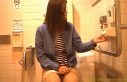 JDくらいの若い女子が洋式トイレでパンツを下げて排泄~パンツ穿き上げを視姦観察できる盗撮映像!の画像