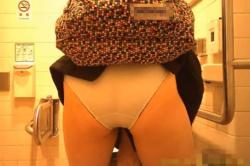 洋式トイレで綺麗なお姉さんの排泄の様子やパンツを穿き上げた美尻を正面から盗撮!の画像