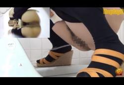 和式トイレで素人お姉さんやOLさん達のしゃがみ放尿股間を斜め前や真下から隠し撮り!の画像