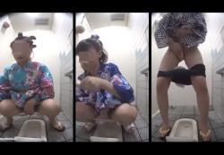 公衆和式便所で浴衣を着た女子達の排泄姿やマ〇コ拭きを次々に盗撮!の画像