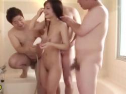 立ちバックで交尾、風呂場で待ち構える変態男らに・・・の画像