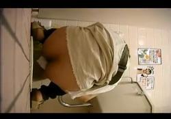 某スーパーの和式便所できれいな妊婦さんのしゃがみ脱糞排泄や拭き、股間見せ穿き上げを覗き盗撮!の画像