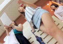 【逆さ撮り盗撮動画】モデルのような体型のミニスカギャルの純白パンツを隠し撮りwwwの画像