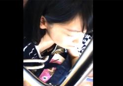 【胸チラ盗撮動画】電車の中で可愛い女子大生を発見…撮り師がおっぱいを撮ることを決意wwwの画像
