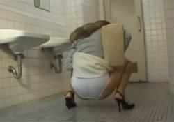 【トイレ盗撮動画】尿意を我慢してるお姉さんが個室に入る前にパンツ履いたままお漏らしするwwwの画像