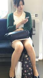 電車に乗ったら対面にすわるお姉さんのパンチラを期待するやつwwwの画像