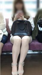 電車で対面に座る女の子がパンチラしてて降りられないんだが・・・の画像