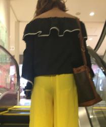 目の前にパンツが透けて見えてる女の子が歩いているんですが・・・の画像