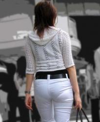 パンツが透けすぎのお姉さんが歩いてたので尾行開始の指令が下るの画像