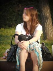 大胆な座り方でパンツを披露するお姉さんの画像