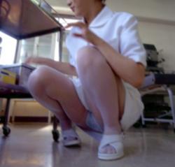 看護士パンチラ!ナースが座り込んで見えちゃったパンツを激写の画像