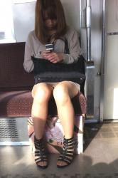 電車で席の取り合いになるパンチラ席の画像