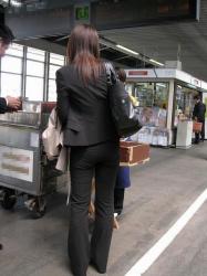 スーツでパンティラインくっきりさせてるピタパンOLの画像