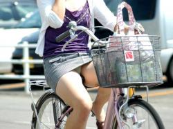 こんな短いスカートで自転車に乗ったらパンチラもするでしょーよwwwの画像
