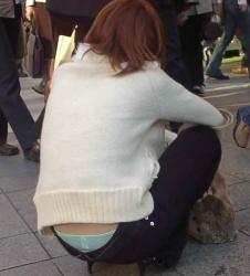 豪快に腰からパンツをはみ出すお姉さんの画像