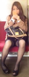 スマホに夢中で無防備になった電車で対面にすわるお姉さんパンチラの画像