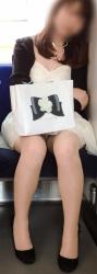 パンチラが気になり何度も見てしまう電車で対面に座るお姉さんの画像