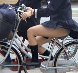風でなびくスカートがシコすぎて目が離せないJK自転車パンチラの画像