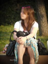 座りこんでる女の子を対面から覗いてみるの画像