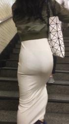 スカートの生地が薄くて透けパンしてしまったお姉さんの画像