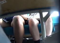 電車内で制服JKのお股にくい込む水色パンティ逆さ撮り★パンチラ盗撮♪の画像