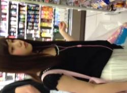 超かわいい私服JKのスカートめくり☆シミ付きパンティを逆さ撮り盗撮の画像