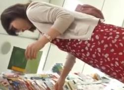 素人お姉さんを雑貨屋でM字開脚しゃがみパンチラ盗撮~筋入りパンティ動画の画像