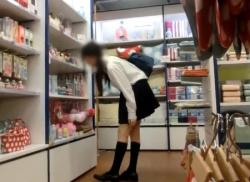 制服JKスカートめくり☆スマホでパンチラ盗撮♪お尻もパンティも逆さ撮りの画像
