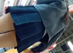 お店で私服JKを尾行してパンチラ逆さ撮り!!白く輝くパンティ盗撮♪の画像