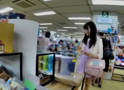文具売り場で美人OLお姉さんの股間にくい込むパンティを逆さ撮り盗撮の画像