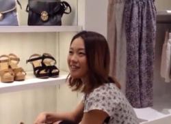 可愛いアパレル店員女子をパンチラ逆さ撮りしてナプキンはみ出しパンティ盗撮の画像