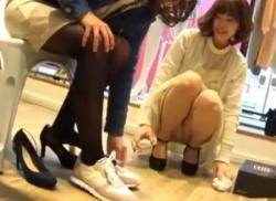 靴屋でショップ店員さんのしゃがみパンチラ盗撮してパンティ隠し撮りの画像