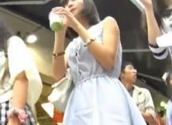 お祭りで美少女私服JKを歩きパンチラ盗撮して純白パンティ逆さ撮りの画像