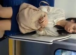 美人OLをエスカレーターでスカートめくり!パンスト筋入りパンティを盗撮の画像