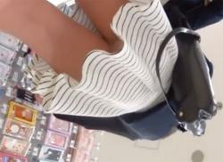 雑貨屋でしましまミニスカが可愛いお姉さんのパンスト筋入りパンティを盗撮の画像