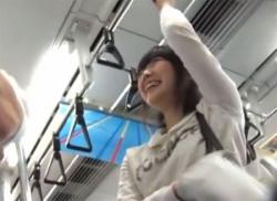 電車内でロリ顔の私服JKをパンチラ盗撮!水玉の可愛いパンティ隠し撮り♪の画像