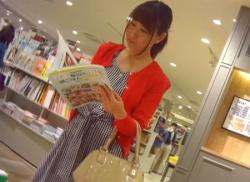 本屋で素人OLお姉さんをパンチラ盗撮!真っ赤なパンティ隠し撮りの画像