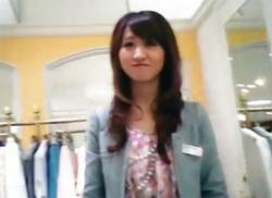 花柄ミニスカが似合う店員さんの黒いTバックのパンティをパンチラ逆さ撮り♪の画像