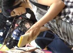 ニーハイがエロいお姉さんのスカートめくってパンチラ盗撮&胸チラ隠し撮りの画像