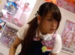 雑貨ショップでキレイなお姉さん店員をしゃがみパンチラ隠し撮り盗撮☆彡の画像