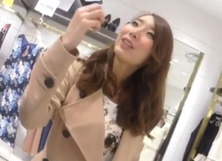 コート姿の店員のお姉さんをパンチラ盗撮!派手カワパンティ逆さ撮りの画像