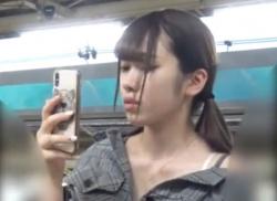駅のホームでお姉さんの美乳を胸チラ盗撮!浮きブラから乳首隠し撮りの画像