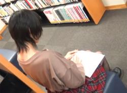 図書館で可愛いお姉さん胸チラ盗撮!浮きブラからぷっくり乳首を隠し撮りの画像