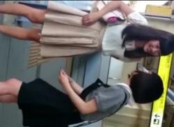 可愛いお姉さんをエスカレーターでパンティ隠し撮りしたパンチラ盗撮動画の画像