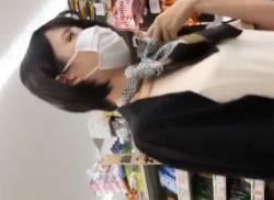 マスク姿の美人人妻パンチラ盗撮!マン筋くい込むパンティ隠し撮り動画の画像
