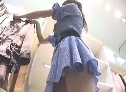 ワンピ姿の可愛いお姉さん店員パンチラ盗撮☆M字開脚パンティ隠し撮りの画像